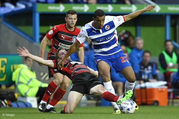 Nick Blackman (rechts) wird von Paul Dixon (Huddersfield Town) attackiert.