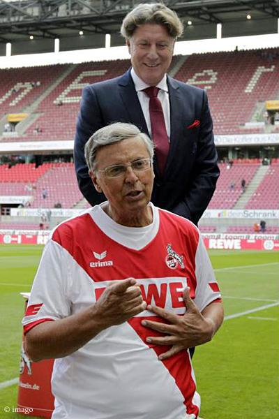 Immer für die gute Sache: Wolfgang Bosbach unmittelbar vor Ausführung der Ice Bucket Challenge durch Kölns Vize-Präsident Harald Schumacher.